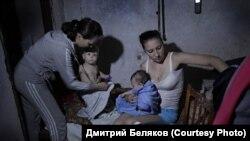 Ясиноватая, август 2014 г. Женщины с детьми прячутся в подвале от артобстрелов. Фото Дмитрия Белякова.