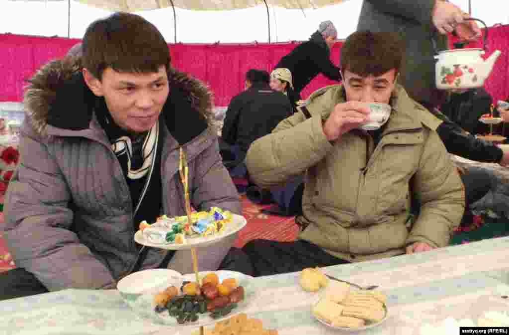 На поминках в память о жертвах Жанаозена. Справа - местный житель Дуйсенбек Нурымов, получивший ранение на площади в Жанаозене. Аул Тенге Мангистауской области, 14 декабря 2013 года.