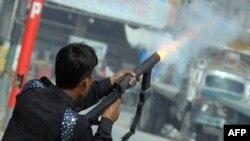 Պակիստանցի ոստիկանը արցունքաբեր գազ է կիրառում ցուցարաների նկատմամբ, 17-ը սեպտեմբերի, 2012