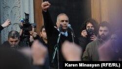 Րաֆֆի Հովհաննիսյանը Ազատության հրապարակում հանրահավաքի ժամանակ, Երեւան, 20-ը փետրվարի, 2013թ.