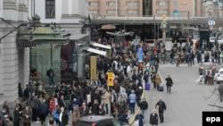 Шведская полиция эвакуирует людей с территории рядом со стокгольмским вокзалом после теракта. 7 апреля 2017 года.