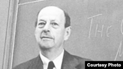 М.М. Карпович перед уходом с лекции. 30 апреля 1957. Из архива семьи Карповичей