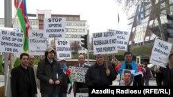 Aksiya iştirakçıları Azərbaycan, ingilis, alman və fransız dillərində müxtəlif şüarlar səsləndirib, bəyanat yayıblar