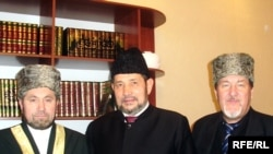 Tatarstan Mufti Gosman Iskhaki (center) with other religious leaders in January 2010.