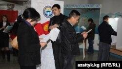 Бишкектеги шайлоо бекеттеринин биринде добуш берүү. 10-октябрь, 2010-жыл.