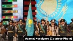 Тұңғыш президент күніне орай ұйымдастырылған студенттер концерті. Алматы, 28 қараша 2012 жыл. Азамат Құсайынов түсірген фото.