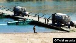 Военный транспорт на понтонном мосту. Иллюстративное фото.