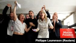 Сторонники Эммануэля Макрона празднуют победу.