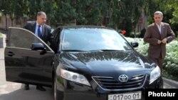 Armenia - Gagik Minasian (R) and Davit Harutiunian, chief government negotiator, arrive at a meeting with opposition representatives, 23Aug2011.
