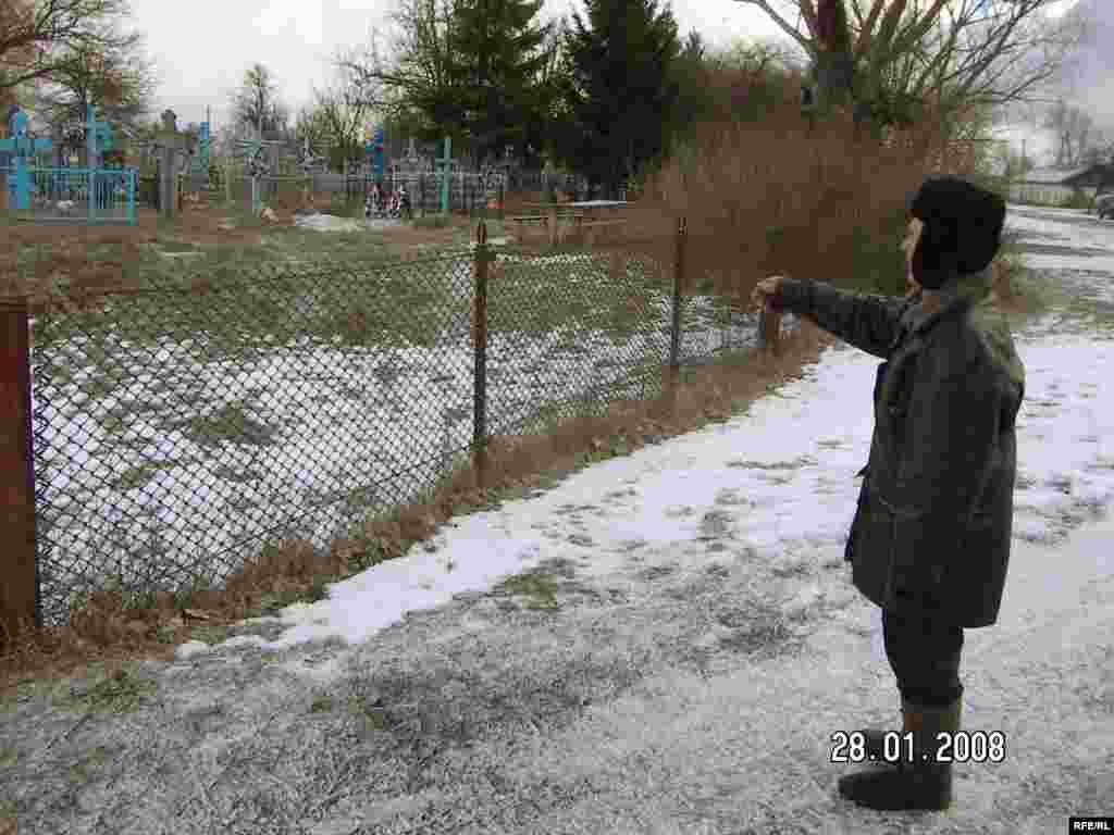 Іван Костюк показує місце, де були поховані розстріляні вояки