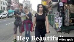 2014 жылғы танымал видеоның бірі Нью-Йорк көшесінде кетіп бара жатқан бойжеткеннің басынан кешкендері жайлы.