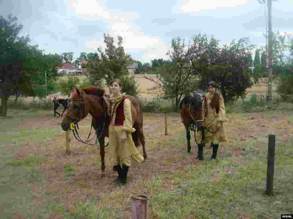 Гости на встречу кочевников прибыли, как и полагается, при полном параде.