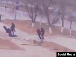 Люди на площади в Жанаозене убегают от стреляющих в них полицейских. Стоп-кадр видеозаписи, сделанной очевидцем.