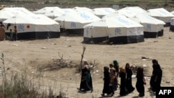 نازحون من الرمادي يصلون إلى مخيم مؤقت خارج بغداد - 19 نيسان 2015