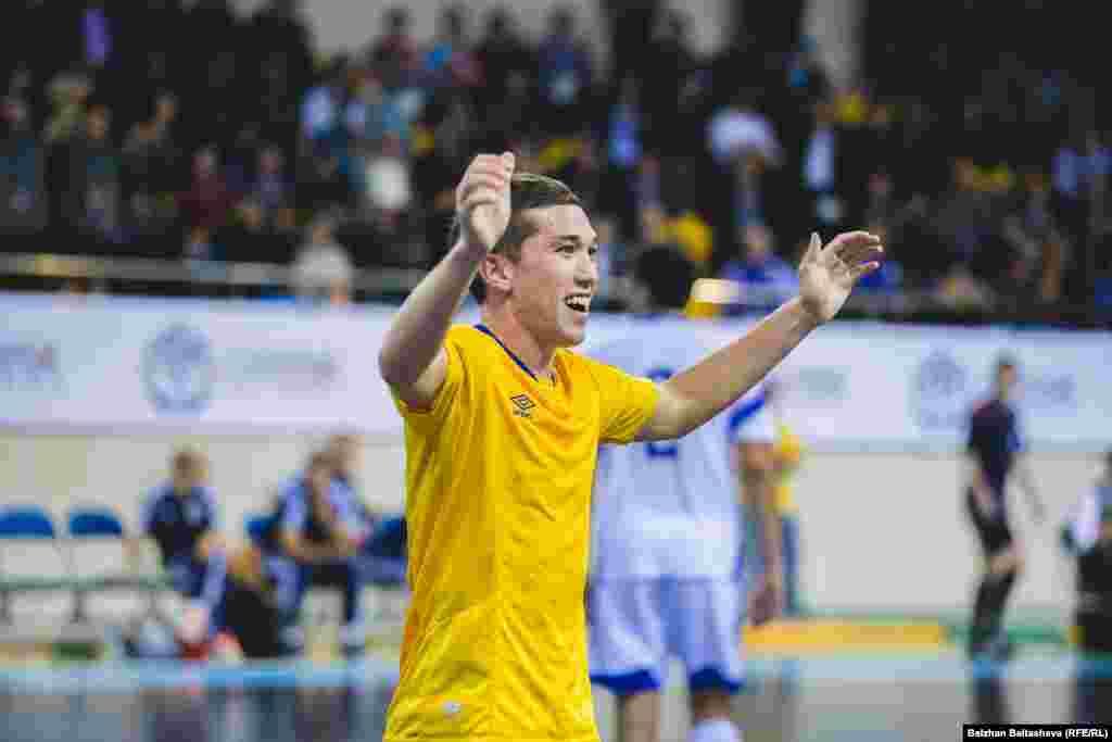 Игрок казахстанской сборной Шынгыс Есенаманов после гола, забитого в ворота соперника. Есенаманов провел в составе национальной сборной 29 матчей, забив 11 голов.