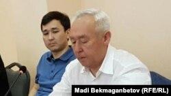 Председатель Союза журналистов Казахстана Сейтказы Матаев (справа) и его сын Асет Матаев в суде по их делу. Астана, 3 августа 2016 года.