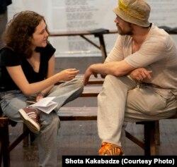 Сцена из спектакля мастерской для бывших осужденных. Фото: Шота Какабадзе