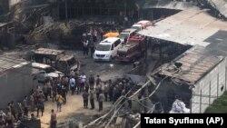 Поліція і рятувальники на місці пожежі, Тангеранг, Індонезія, 26 жовтня 2017 року