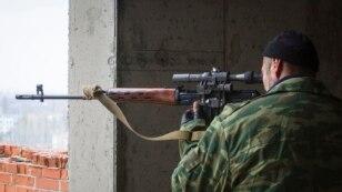 Снайпер бойовиків спостерігає у приціл за територією аеропорту Донецька, 21 жовтня 2014 року