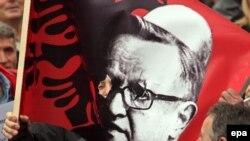 """За поддержку плана независимости косовские албанцы """"нарядили"""" изображение Мартти Ахтисаари в национальную шапочку"""