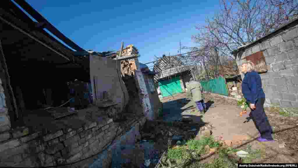 Мешканці показують розбитий артилерією будинок.Переважна більшість населення Гранітного – це греки, які кілька сотень років тому заснували його. Так тут проживає чимало кримських татар, які почали повертатися до України із депортації