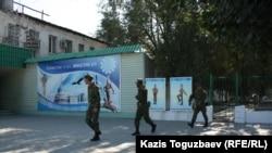 Смена караула в колонии ЛА-155/14. Поселок Заречный Алматинской области, 12 сентября 2014 года.
