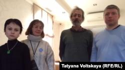 Ира Иванова (крайняя слева) и ее друзья-оппозиционеры