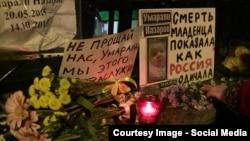 Москвадагы Тажикстандын элчилигинин алдына ымыркайдын өлүмүнө кайдыгер карабагандардар алып келген гүл. 2015-жыл