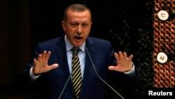 """Эрдоган анын уулу менен телефондо сүйлөшкөнүн угууну """"купуялуулукка жасалган чабуул"""" катары айыптады."""