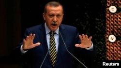 Թուրքիայի վարչապետ Ռեջեփ Էրդողանը կոռուպցիոն սկանդալի կապակցությամբ ելույթ է ունենում իշխող «Արդարություն և զարգացում» կուսակցությունում, դեկտեմբեր, 2013թ․