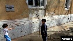 Дети играют возле того места, где в 1989 году были расстреляны Николае и Елена Чаушеску