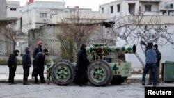 Дамаскі маңында үкімет әскерімен қақтығысып жүрген көтерілісші топтар. Сирия, ақпан 2014 жыл.