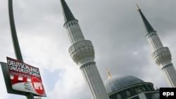 Pancartă a partidului radical de dreapta NPD, în fața moscheei Sehitlik din Berlin