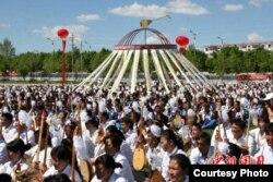 Более 10 тысяч домбристов, исполнивших одновременно кюй. Китай, СУАР, Толыский округ, май 2010 года.