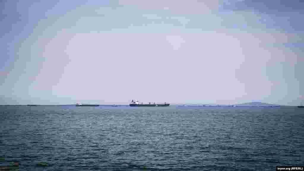 Керчь немыслима без силуэтов портовых кранов на побережье и силуэтов кораблей в судоходном канале. Длинные корпусы сухогрузов и танкеров вереницей выстроились вдоль Керчь-Еникальского канала