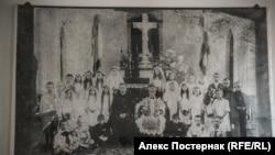Фотография епископа Сливовского с детьми после таинства первого причастия
