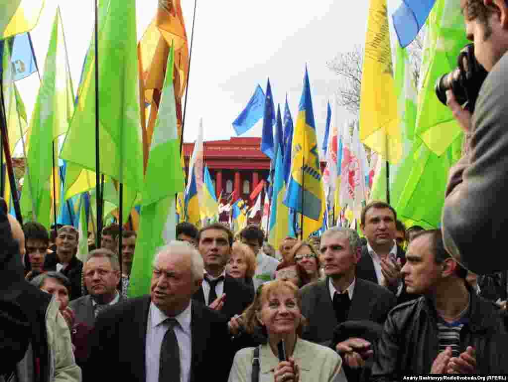 О 17.00 прихильники інших опозиційних сил провели іншу антиурядову акцію протесту.