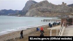 Судак, очистка побережья от нефтепродуктов