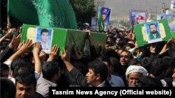 جثامين أربعة لاجئين أفغان قتلوا في سوريا، تُشَيّع في مدينة مشهد الإيرانية 15 آيار 2014