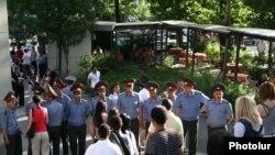 Сотрудники полиции не разрешают активистам оппозиции войти на площадь Свободы, Ереван, 1 июня 2010 г.