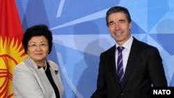 Кыргызстандын лидери Роза Отунбаева жана НАТОнун баш катчысы Андерс Фог Расмуссен, Брюссел, 28-февраль, 2011-жыл.