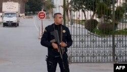Поліцейський біля музею «Бардо» в Тунісі, 23 березня 2015 року