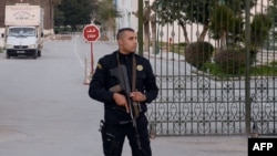 Полиция кызматкери музейдин алдын кайтарууда
