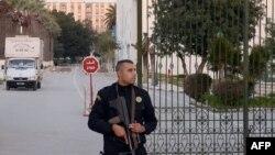Працівник поліції Тунісу перед музеєм Бардо напередодні його відкриття після нападу, фото 23 березня 2015 року