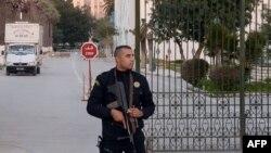 Polisiýa wekili gözegçilikde, Tunis, 2015.
