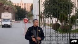 Polici në roje para muzeut Bardo në Tuniz