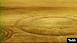 «Только в 1991-м году Даг Боувер и Дэвид Чорлей признались в том, что последние 13 лет они рисовали в полях круги и кольца при помощи доски, веревки и проволоки»