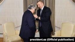 """İlham Əliyev Fərhad Bədəlbəyliyə """"İstiqlal"""" ordenini təqdim edir. 25dek2017"""