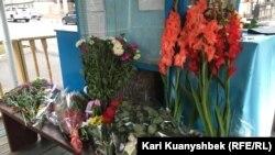 Цветы, оставленные посетителями посольства Узбекистана в Казахстане по случаю смерти Ислама Каримова. Алматы, 3 сентября 2016 года.