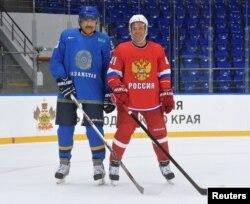 Карим Масимов с Дмитрием Медведевым на хоккейной площадке в Сочи. 11 августа 2016 года.